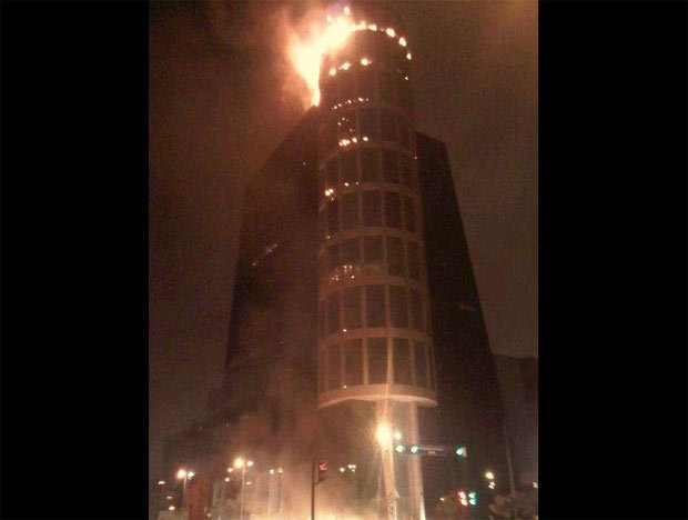 Incendio consume últimos pisos de la Torre Wiese en San Isidro