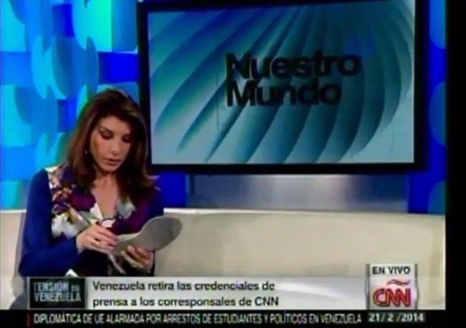 [VIDEO] Chavistas hostigan a Patricia Janiot y 'buscan' supuesta droga en sus zapatos