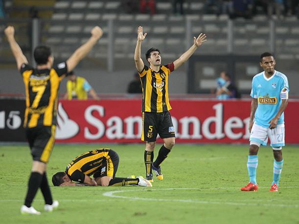 Guaraní celebra su clasificación en Lima frente a Sporting Cristal.