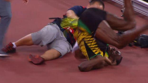 Usain Bolt es atropellado por un camarógrafo