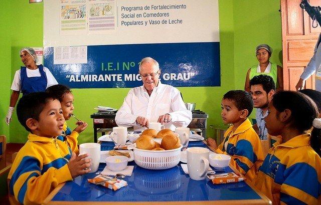El presidente Kuczynski desayunó con niños de cooperativa de Pisco tras inaugurar conexión de gas natural en centro educativo.