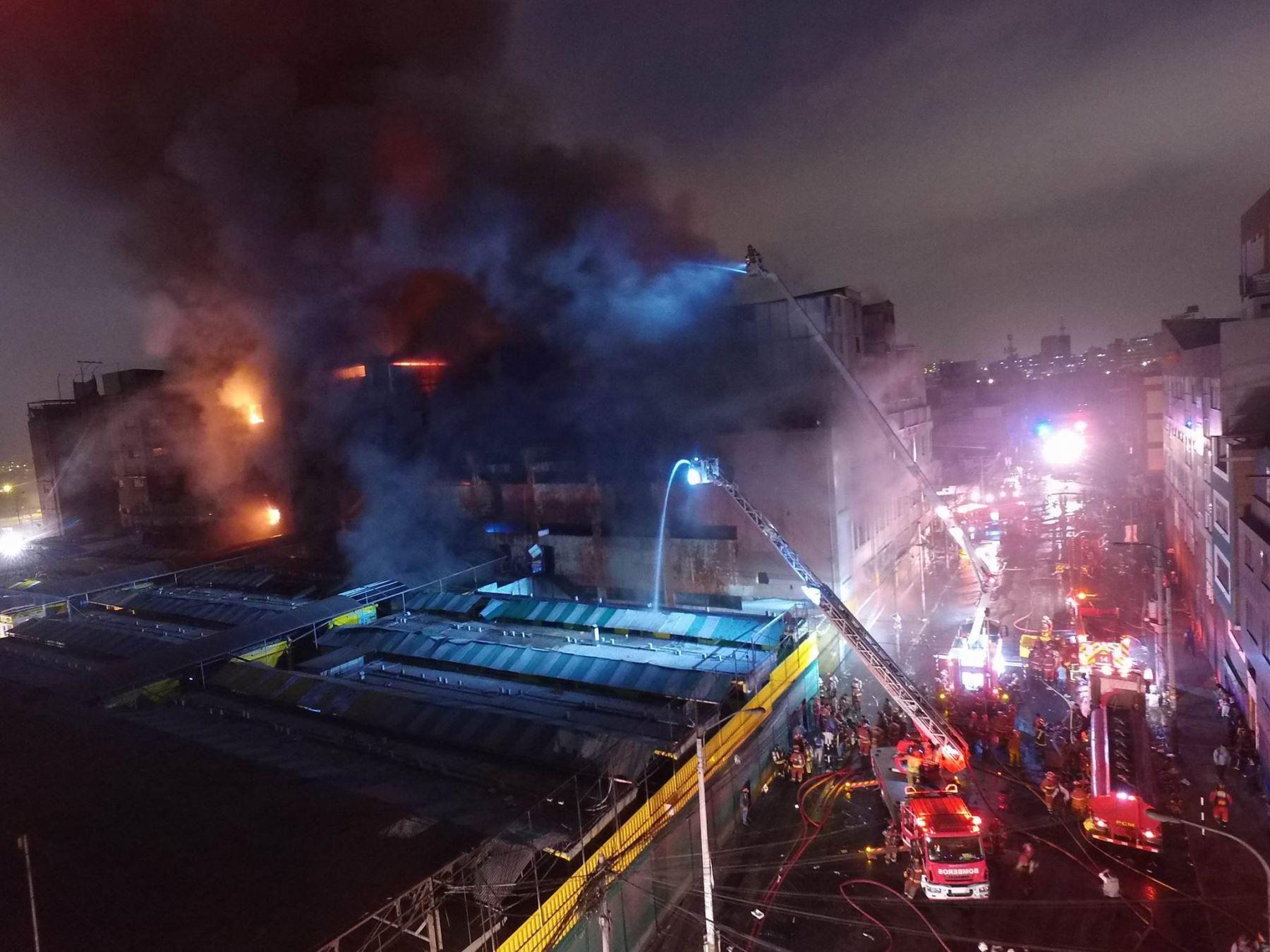 El fuego avanza en centro comercial en Lima