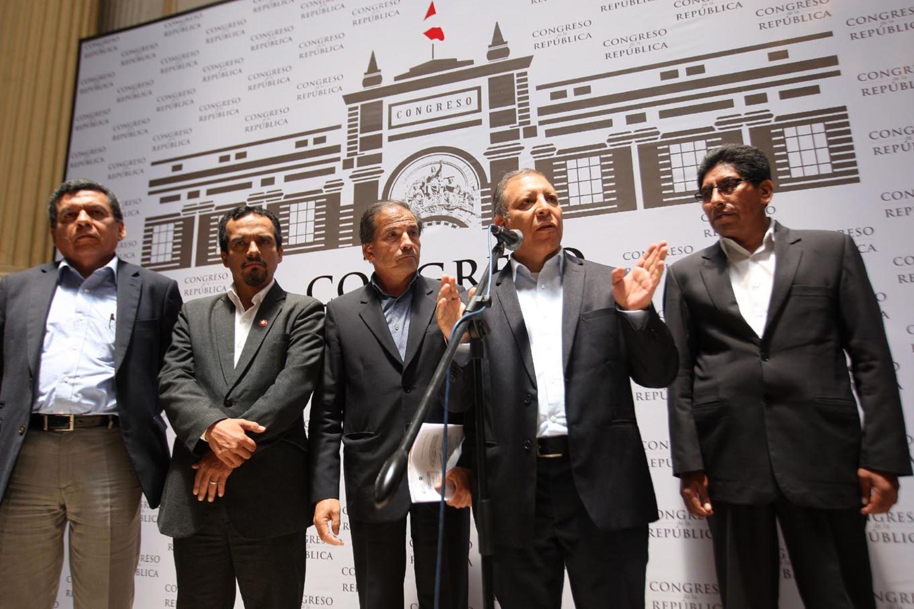 Frente Amplio plantea la vacancia presidencial y elecciones constituyentes