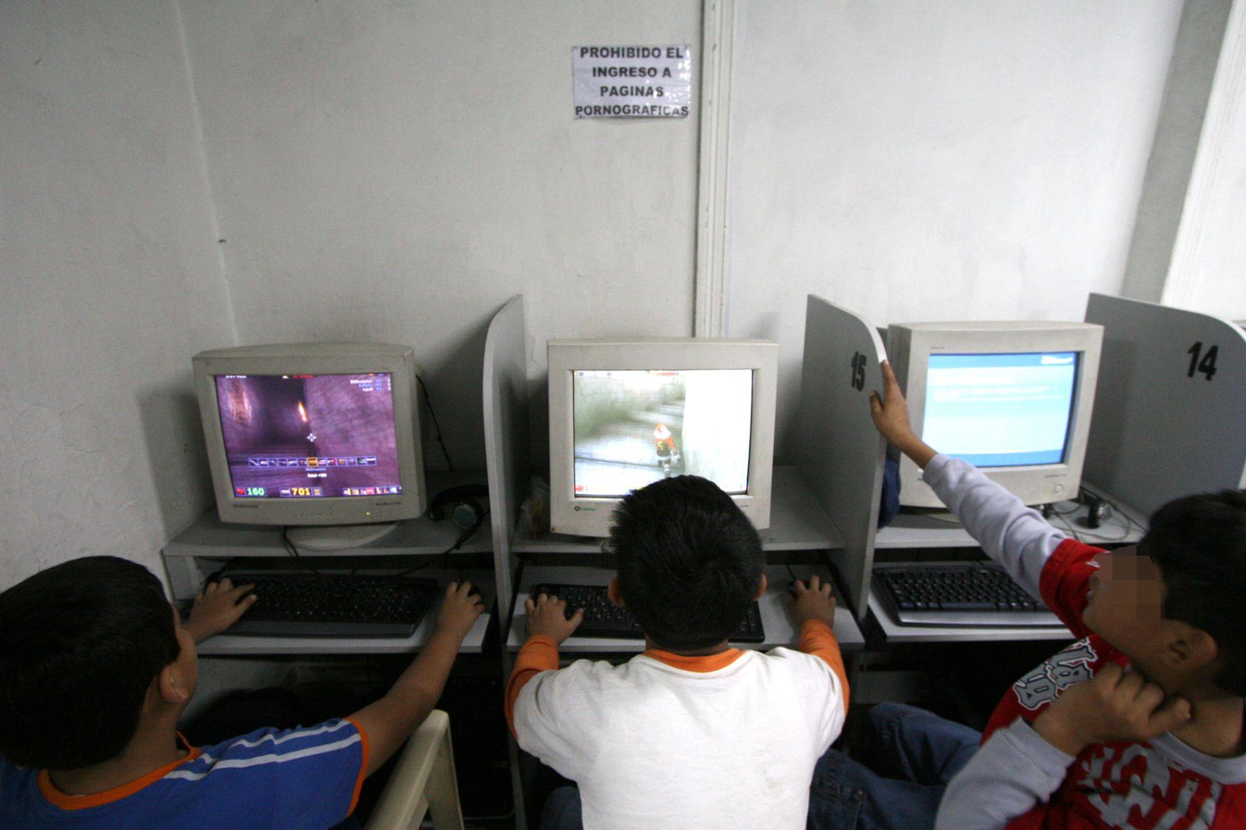 Niños en cabina de Internet